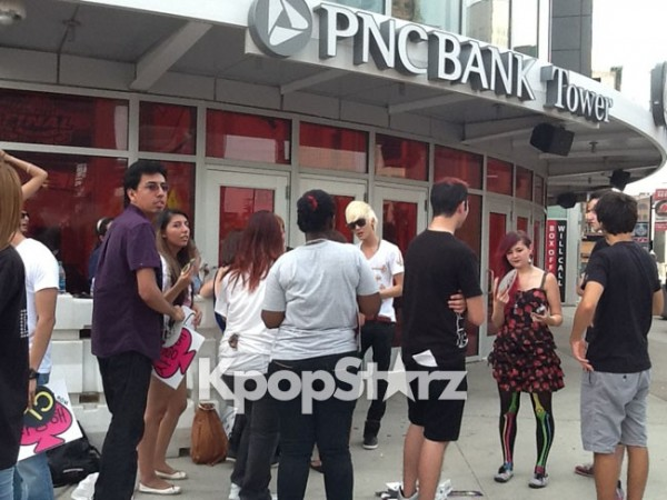 "[Live] 2NE1 Fans Line up for ""New Evolution"" NJ Concert @ Prudential Center"