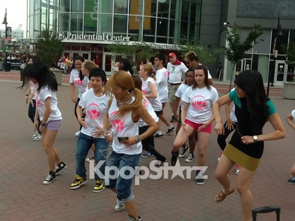 2NE1 Fans Perform Flashmob for 'New Evolution' Tour!
