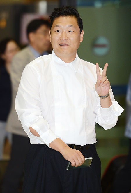District of Gangnam Presents Psy with a Plaque of Appreciation and Asks him to be an Honorary Ambassador